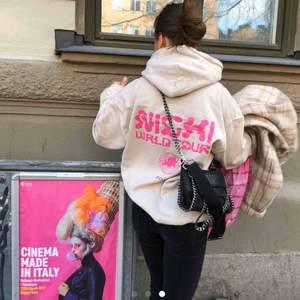 INTRESSEKOLL på min hoodie. Nicki Minaj merch, köpt på konsert för 800kr! Har en liten fläck vid ärmen, men märks knappt! Köp direkt för 400kr