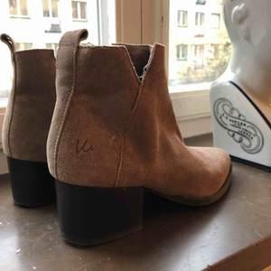Boots från K Cobler. Frakt tillkommer på 80kr