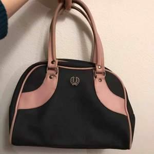 Supersöt väska från fred perry💕💕 fint skick! Handtaget är en aning mindre rosa än resten men annars är den felfri :)