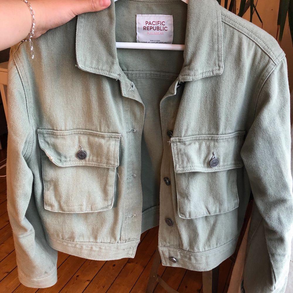 Jättefin grön jeansjacka från pull&bear 💓💓 Den är lite oversized men ändå ganska kort, osäker på ifall jag vill sälja men har tyvärr inte kommit till mycket användning detta året. . Jackor.