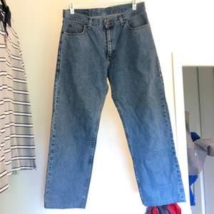 Snygga vida jeans från lee. Midjemåttet är 86cm☺️✨