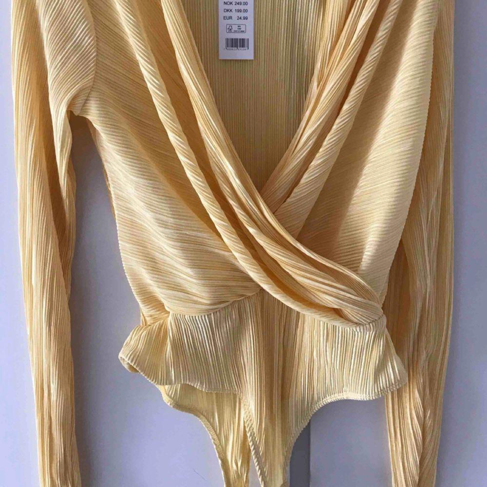 Samma modell som första bilden fast i pastell gul! Superfin och trendig plisserad body från Gina tricot! Passar perfekt nu till sommar/vår med pastell färgen!🌟🦋 Endast testad!. Blusar.