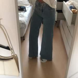 Snygga  ljusa balla jeans från bickbock som jag använt alldeles för lite. Dem är i storlek xs men är perfekt längd för mig som är 170 och har långa ben. Dem är ganska vida och högmidjade