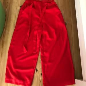 Väldigt fina byxor från Gina tricot säljes i storlek 34! Välanvända men ändå fint skick, de svarta är lite noppriga på rumpan men annars super fina! säljes för 40 kr styck + frakt eller båda för 60 kr + frakt!!🥰🥰