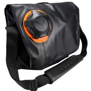 En vattentät mycket bra sport bag/ laptop väska. Tillverkad för både sjö och land. Extremt välgjord med många bra fack. En helt vattentät vilken försluts med en skruvkork. Av den lyxiga Puma Ocean Race line. Ny