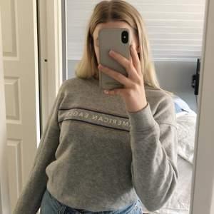 Så fin sweatshirt i vintage känsla från American Eagle! Köpt i usa men tyvärr inte blivit så mycket använd och därför är den i fint skick😇