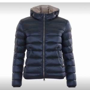 Säljer min Marin blåa jacka från colmar. Endast använd en vinter. Väldigt bra skick, köpt för 5500kr