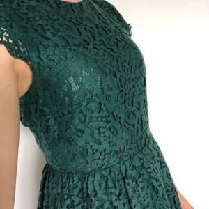 Grön klänning i spets. Mycket fint skick. Finns att hämta i Malmö, osäker på exakt fraktkostnad.