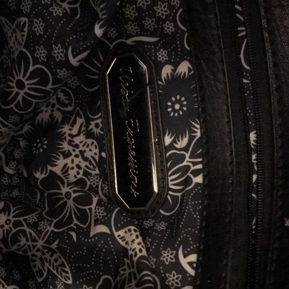 En svart väska. Väskor.