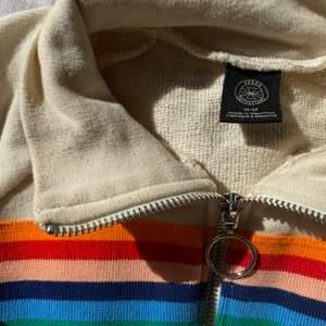 """Croppad polo med zipp, retro-style🧡 Har burit den ytterst få gånger; tröjan har en """"använd"""" look redan vid nyskick så tecken på bruk finns ej! Relativt liten i storleken men menad att se oversize ut. Med resår nertill för att behålla den puffiga formen."""