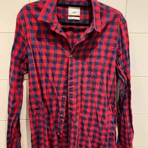 Märke: Zara Man Storlek: XL Modell: Slim Fit Färg: Blå, röd Material: 100% Bomull  I mycket bra skick, inga tecken på slitage!  Samfraktar givetvis