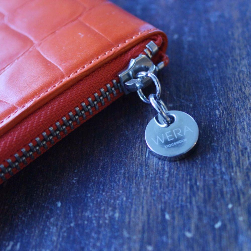 iPad fodral i äkta kläder från wera, oanvänd.  Klar orange färg. Mått 21 x 28 cm . Väskor.