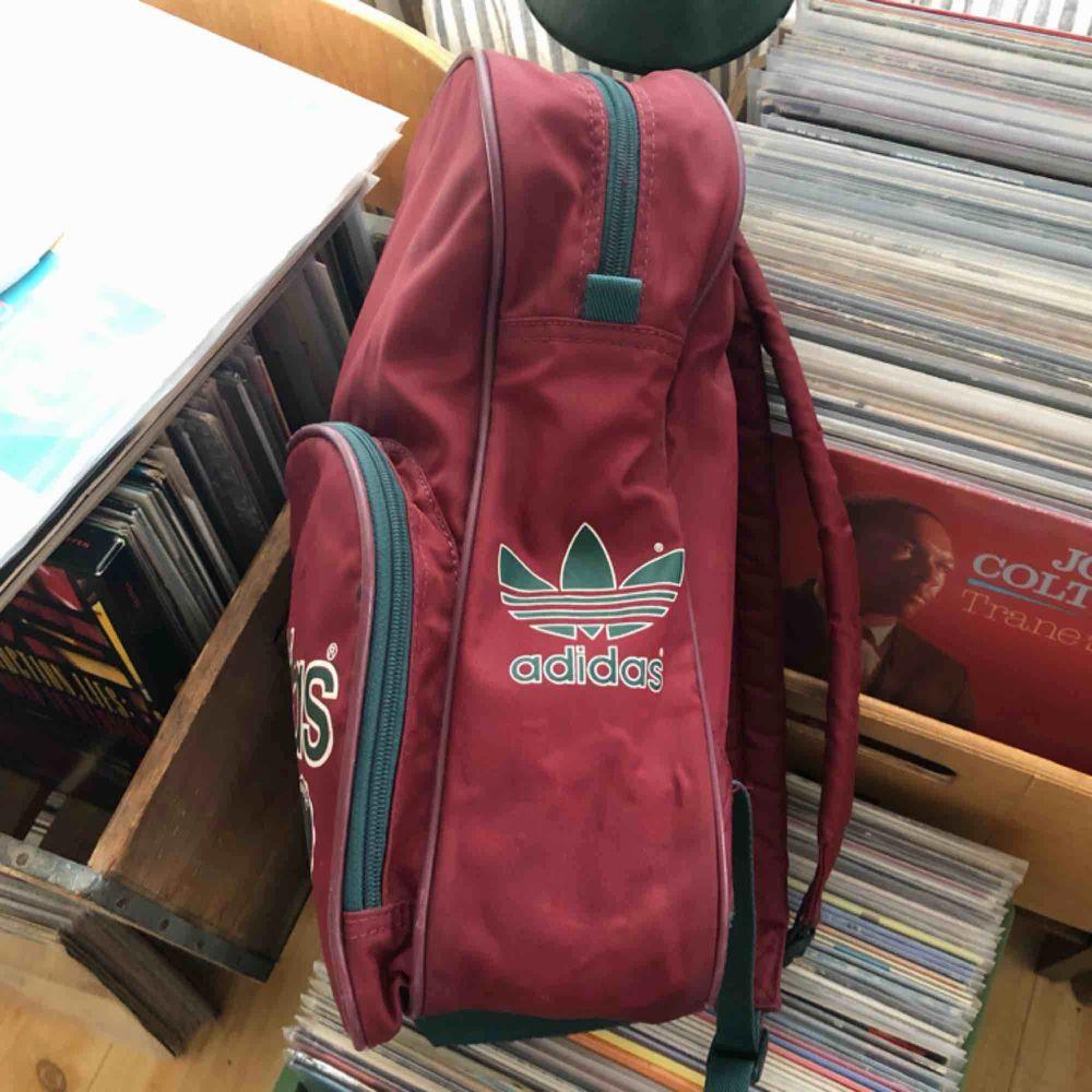 Vlntage adidas ryggsäck - 80-tal - Designed In West Germany - Hämtas i Uppsala eller skickas mot fraktkostnad . Accessoarer.