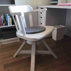 En jättefin vit skrivbordsstol från Ikea!