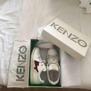 Vita kenzosneakers i storlek 36, men är stora och passar snarare 37.