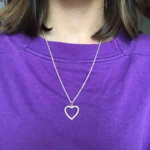 silverhalsband med glittrigt hjärta. köpt på ur&penn, bra skick ;) <3 frakt 9kr