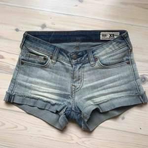 Snygga slitna jeansshorts från Crocker i modellen hit low. Väldigt stretchiga och sitter därmed bra över rumpan. Snygga sommarshorts!🌞