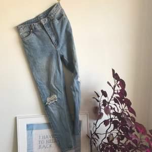 Ett par highwaisted mom jeans från monki! Strl 28.