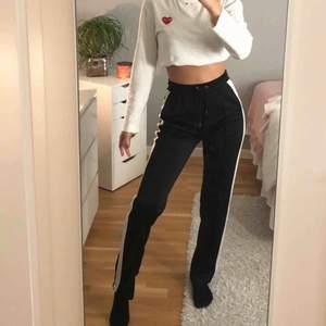 Jättefina svartvita raka byxor, enbart använda två gånger ⚡️Passar både xs & s. Köpta för 399 💕 Köpare står för frakten!
