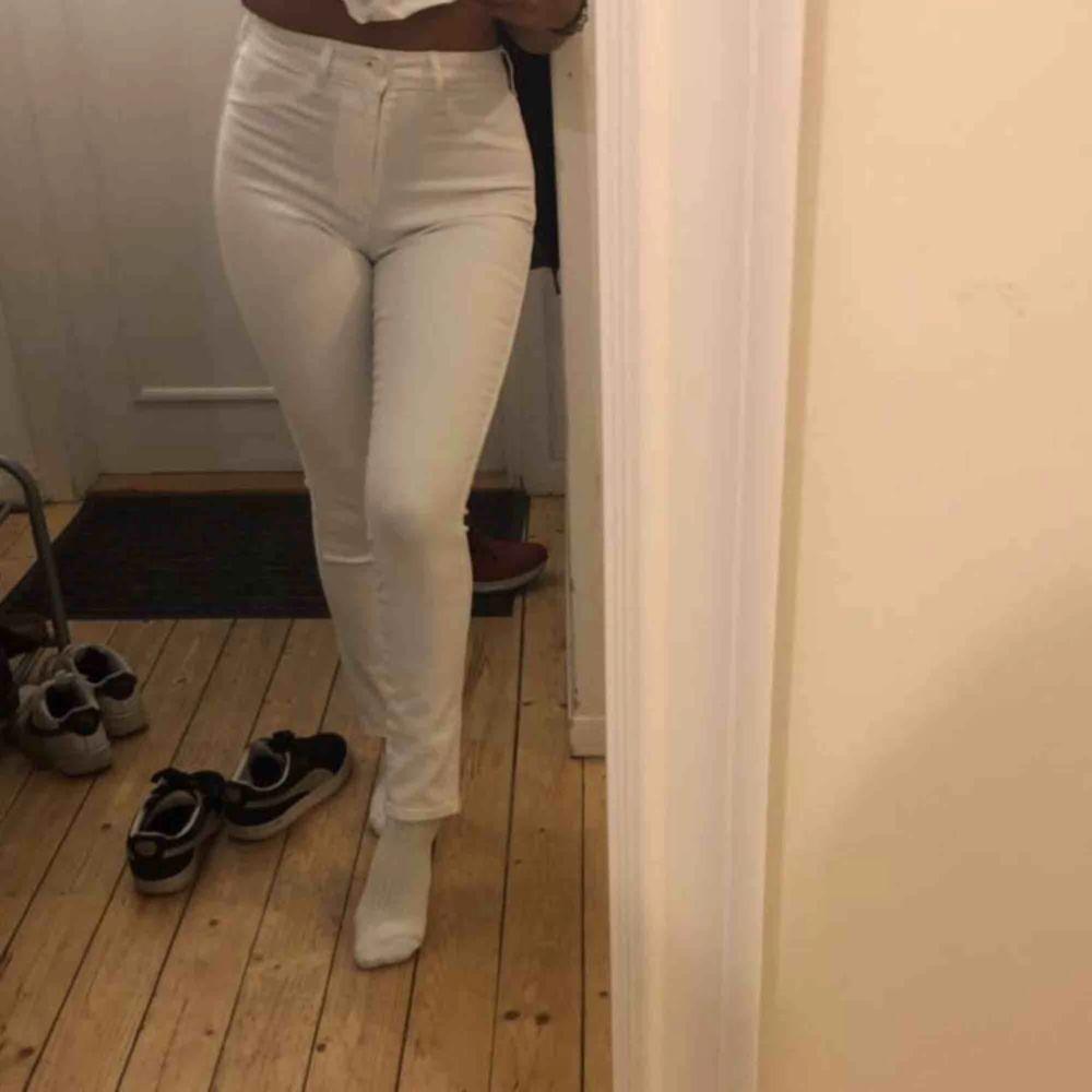 Tighta knappt använda vita jeans från H&M. De är