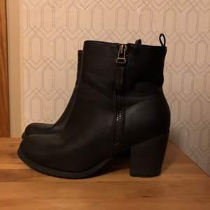 Knappt använda boots/skor med klack i stl 38🌸 Jättefint skick, detalj-dragkedja på utsidan och användbar dragkedja på insidan.