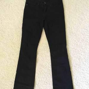 Supersnygga bootcut-jeans från Levis i deras gamla modellsystem, denna modell heter 715 Bootcut och är i storlek 27 i midja. De är mer flare än bootcut och är normal/lite hög i midjan. Säljer för att de tyvärr har blivit för små!