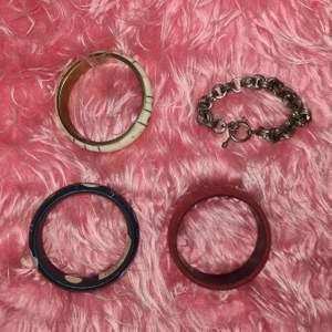 30 kr styck, frakt kostar 14 kr❤ glömde först att ta med armbandet (som e på sista bilden) därav är de på en bild för sig💚