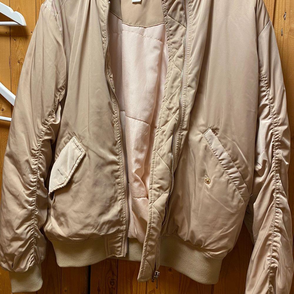 Säljer en beige jacka med gulddetaljer från HM. Storlek 34 men stor i storleken så passar även 36 och 38a. 50:- + frakt . Jackor.