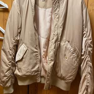 Säljer en beige jacka med gulddetaljer från HM. Storlek 34 men stor i storleken så passar även 36 och 38a. 50:- + frakt