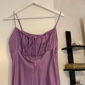 Underbar lång klänning från zara! I en lila färg 😍 används endast en gång storlek M SÅ FIN😩😍
