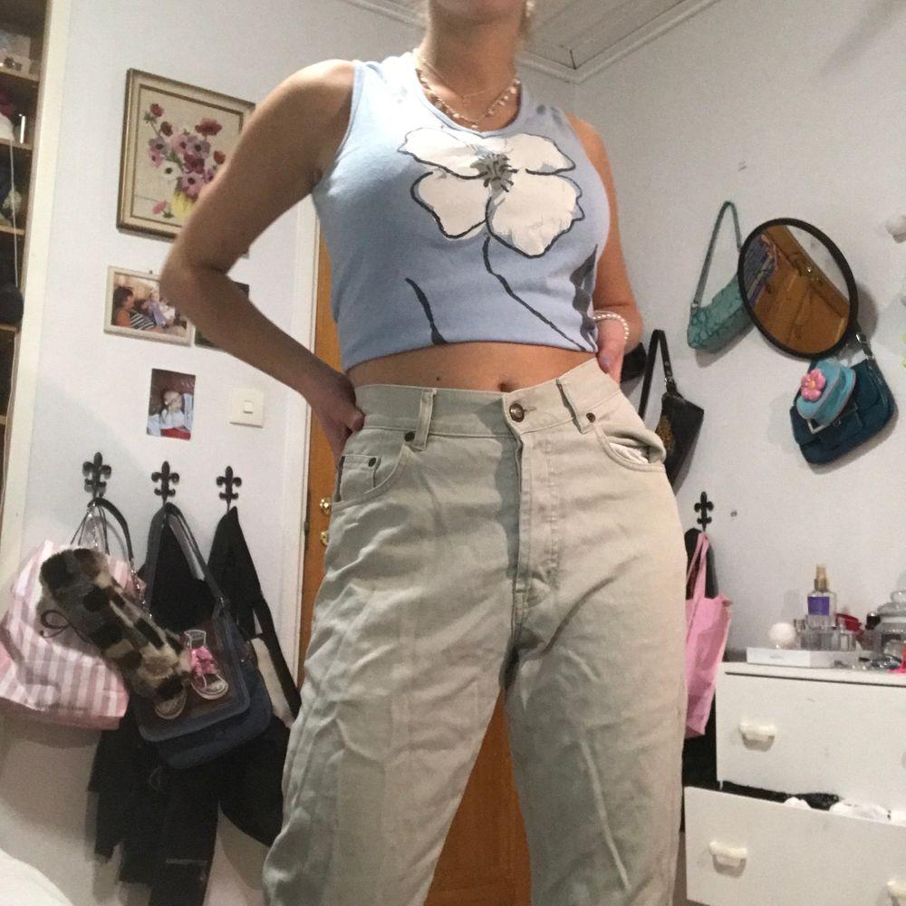 Vintage peak performance beiga byxor, sitter lite som Mom jeans. Storleken är lite oklar. Skit söta😻😼buda i komentarerna!!!<3. Jeans & Byxor.