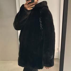 Säljer denna jättemysiga och varma jacka i strl S som jag köpte förra året från Zara. Använd sparsamt och är i jättebra skick! Köpte för 1000kr. Möts gärna upp i Stockholm annars står köparen för frakt! 💛