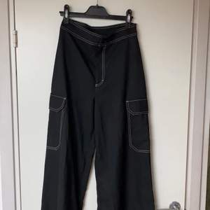 Svarta flowiga byxor med vita sömmar, i storlek 34, är i bra skick! Och säljer för att dem är för små. Mötes upp i centrala Uppsala, alt köparen står för frakt.