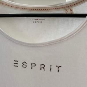 Fin vit T-shirt från Esprit. Samma som den gula fast vit. Helt oanvänd, skriv för fler bilder. Storlek XS men passar även S.