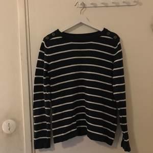 En mörkblå och vit randig tröja med knappar ifrån Kappahl i strl L, för stor för mig så har inte kommit till använda. 50kr + frakt 😊