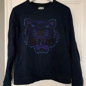 Mörblå tröja från Kenzo i storlek L, liten i storlek, passar mig som har S-M. Bra skick. Kan skickad om köpare står för frakt. 😊