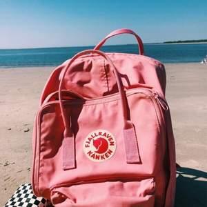 Nästan helt oanvänd, stor, rosa fjällräven kånken ryggsäck. Nypris 1000 kr.