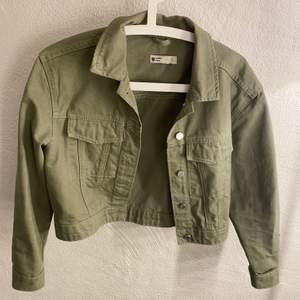 En grön jeansjacka från Gina Tricot, lite kortare modell och i storlek S. Ordinarie pris: 399