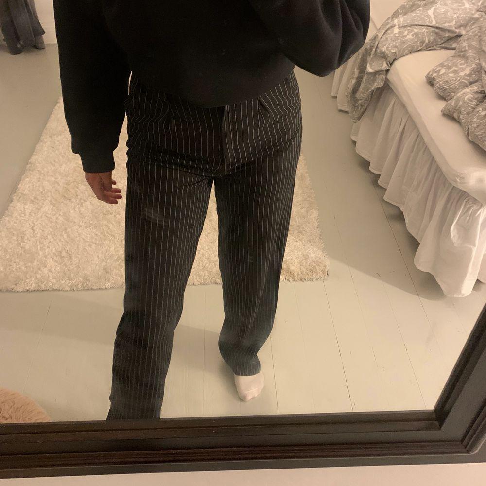 Intressekoll!! Super snygga kostymbyxor från nakd storlek xxs men det är som en xs, då jag vanligtvis har xs/34. (Nakd storlekar är väldigt stora). Hör av er privat!💕🥺. Jeans & Byxor.