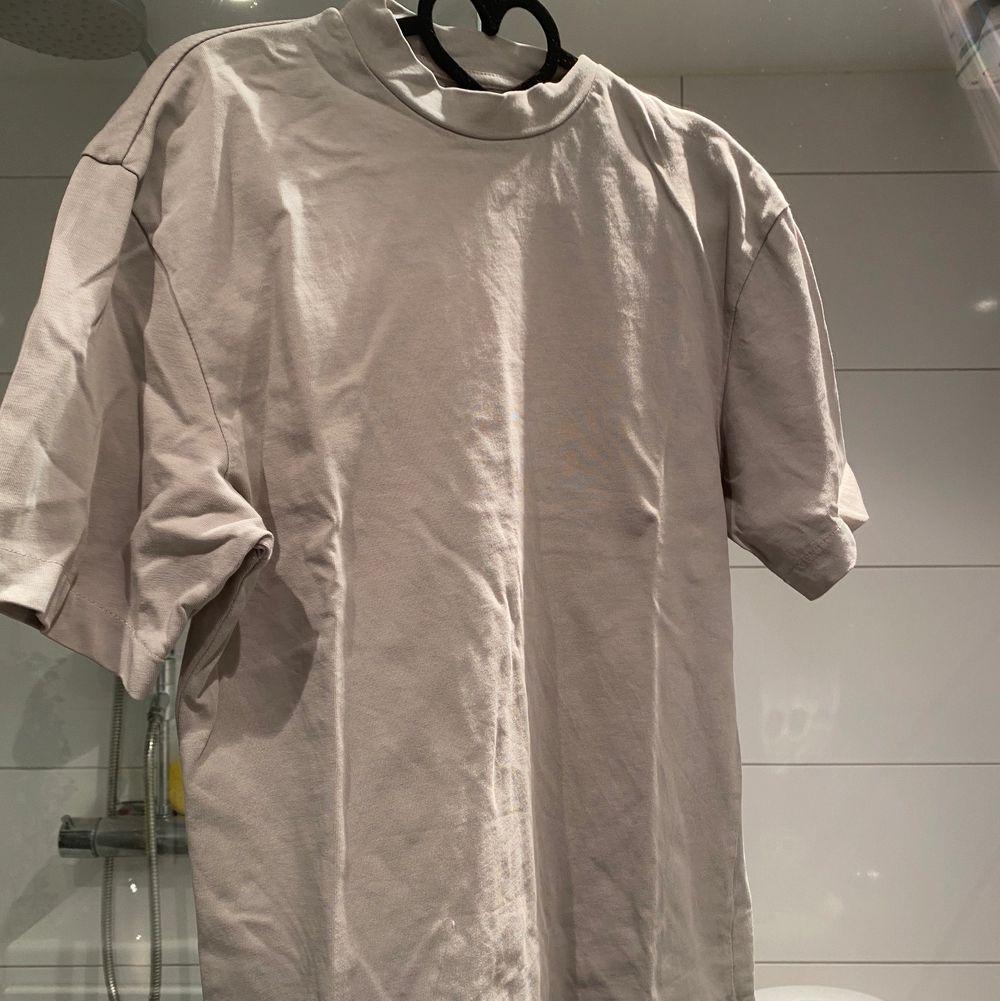 Tjock Tshirt från pull and bear, superfint skick, endast använd kanske 2-3 gånger, (den ser skrynklig ut på bilden men det fixar jag innan jag säljer den) 💕. T-shirts.