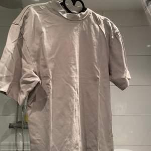 Tjock Tshirt från pull and bear, superfint skick, endast använd kanske 2-3 gånger, (den ser skrynklig ut på bilden men det fixar jag innan jag säljer den) 💕