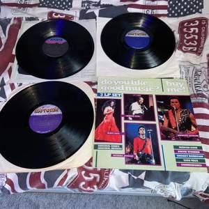 Säljer dessa 3 stora vinylskivor med artister som Diana Ross, Marvin Gaye, Jermaine Jackson. Är lite osäker på bris så kom med förslag/bud. Vet ej hur skicket är när det gäller att lyssna på musiken då skivorna är köpta för att ha som dekoration. Kontakta mig vid frågor! :) endast 2 skivor kvar! (Andra skivan såld)
