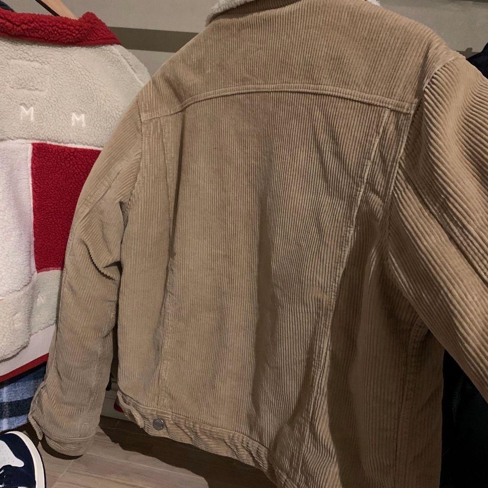 En super skönt jackan som jag har köpt från Bik Bok, har använt max 3 gånger. Storlek L men passar på alla storlek, säljer nu för 200. Super bra skick. Jackor.