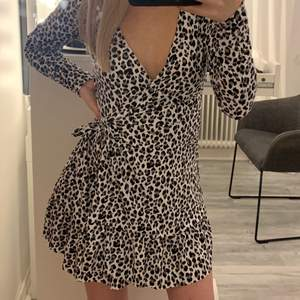 Säljer den här klänningen från hm i storlek S men passar även XS. Aldrig använd och prislappen kvar. Vill ha 89kr + frakt för den🖤