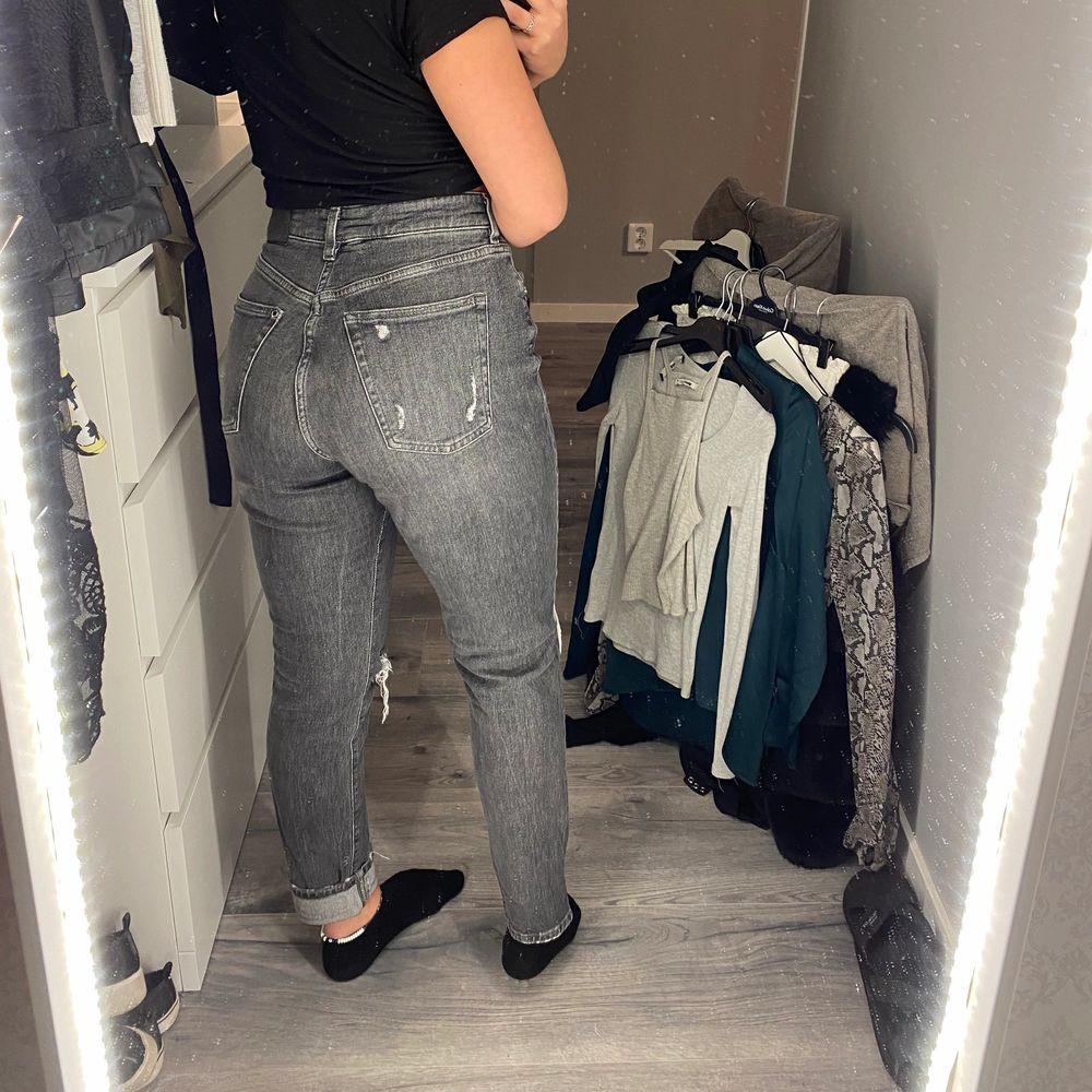 Högmidjade Gråa jeans från H&M, storlek 38. Jeans & Byxor.