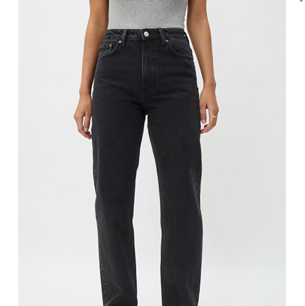 Svarta jeans från weekday i modellen voyage. Andvänd men fint skick. Är storlek 27/30 men har sprättat upp sömmen där nere så de är mer 27/32. Köpare står för frakt. Kontakta för fler bilder. Jeans & Byxor.