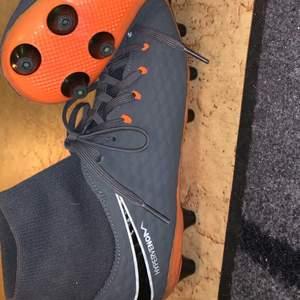 Använda ungefär 5 gånger, i stort sett sprillans nya. Säljer pga fick hem fel storlek. Hypervenom skor med strumpa.