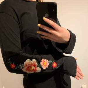 Fin tröja från H&M i storlek S. Blommorna på armarna är broderade, jättefint enligt mig. Använd ett fåtal gånger, så i bra skick. 60kr plus frakt. Skriv för mer info och bilder:)
