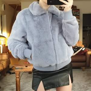 Skitfin faux fur jacka från boohoo i storlek S/36. Den är använd men fortfarande i bra skick. Säljer då den inte längre används. Köp för 240 kr. Köpare står för frakt ❤️