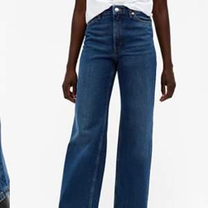Säljer dessa fina mörkblåa jeans från monki. Modell är Yoko i classic blue. Skriv om du är intresserad💓💓 väldigt bra skick knappt använda. Buda I kommentarer. Pris kan diskuteras